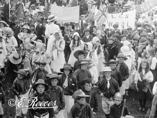 Reeves Lewes children on Empire Day parade H4544A